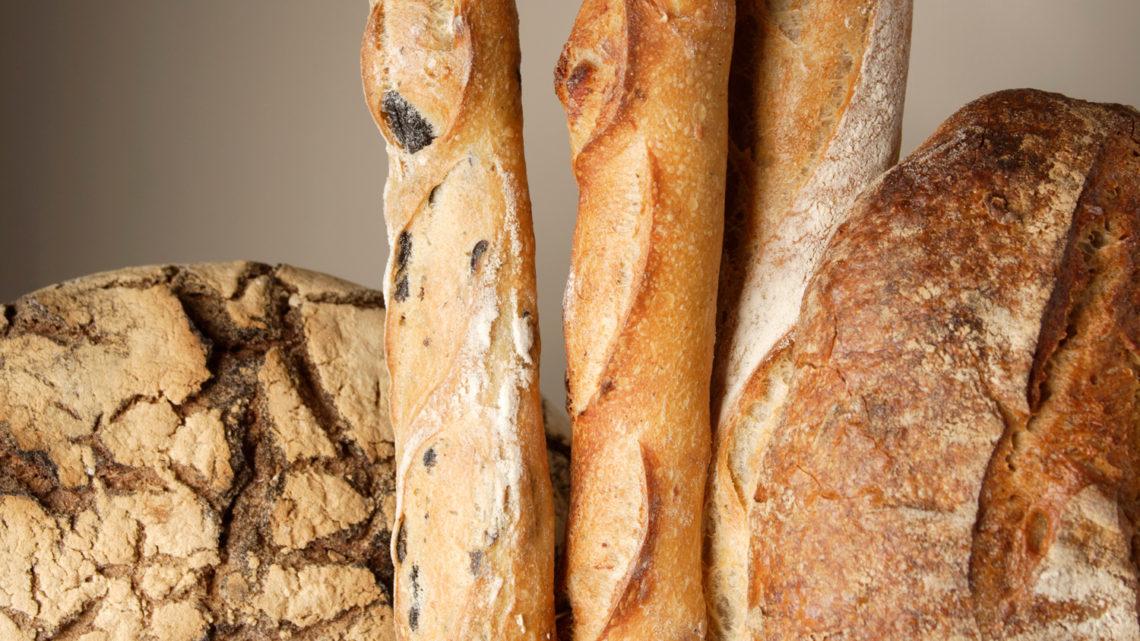 Verschiedene Brotsorten, rustikal fotografiert.